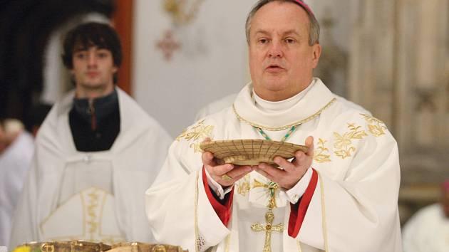 BISKUP JAN VOKÁL zahájil oslavy výročí jubilejního 350. roku od založení královéhradeckého biskupství. Při novoroční bohoslužbě odhalil  nový znak a zasvětil celou diecézi Panně Marii.