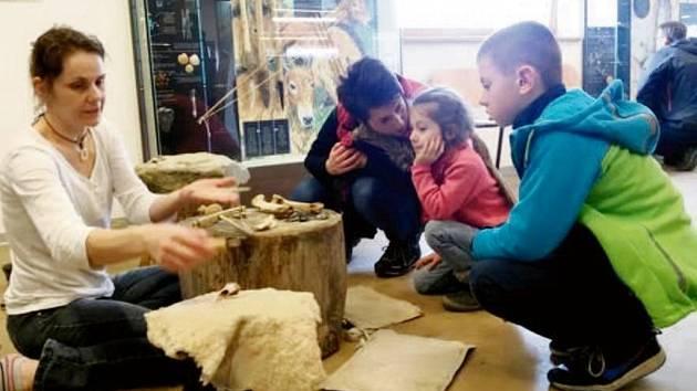 Výroba oštěpů za pomoci kamenných nástrojů v Archeoparku pravěku Všestary.