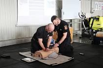 First Respondeři vřadách strážníků hradecké městské policie prošli navazujícím školením Základní neodkladná resuscitace svyužitím AED pro First Respondery ZZS KHK.