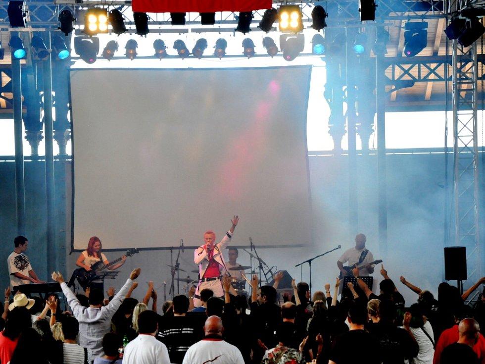 Hradečáci zahráli fanouškům Queen v Montreux. Za bicí usedl Tadeáš Macl, na basu hrála Monika Krejčová, klávesy obstaral Michal Svoboda a kytaru Martin Gregor.