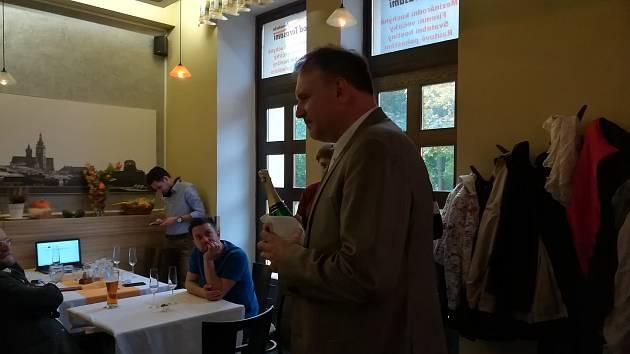 Jan Holásek ve volebním štábu poděkoval svým podporovatelům.