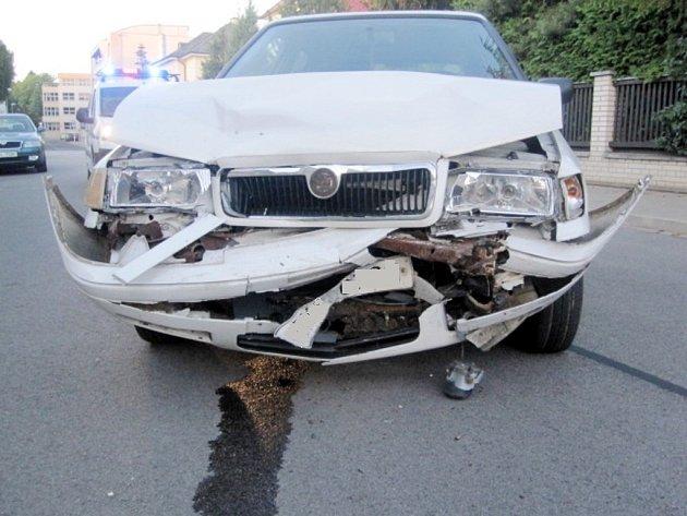 Honička městem skončila nabouráním zaparkovaného vozidla.