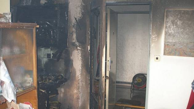 V Hradci Králové vyhořel byt. Dva lidé byli zraněni.