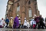 Tříkrálovká sbírka v Hradci Králové: V katedrále svatého Ducha požehnal všem koledníkům biskup Jan Vokál.