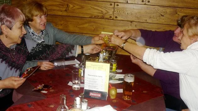 Setkání bývalých spolužáků a učitelů po 50 letech v královéhradecké restauraci U Švagerků.