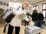První kolo prezidenských voleb na ZŠ Bratranců Veverkových v Pardubicích.