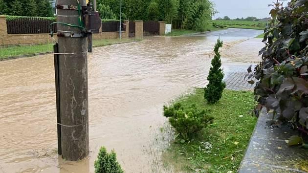 Voda z polí zaplavila Chudeřice v Královéhradeckém kraji. Ilustrační snímek