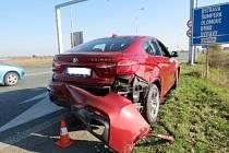 Osobní automobil po dopravní nehodě na kruhovém objezdu u ČKD v Hradci Králové.