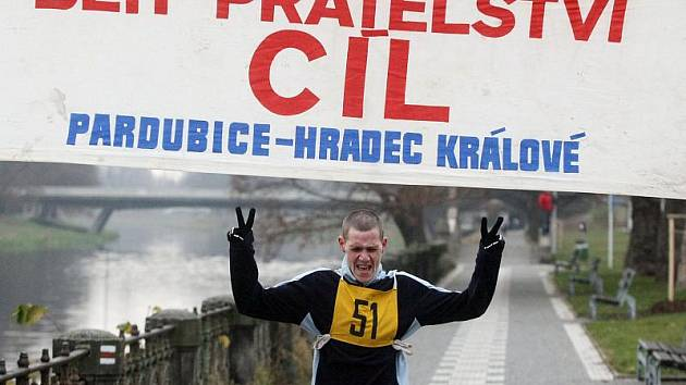 Vodácký běh přátelství se běžel z Pardubic do Hradce Králové.