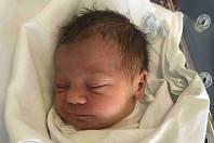 JONÁŠ PÍSAŘÍK se narodil 6. srpna v 6.36 hodin. Po narození vážil 3330 g. Svým příchodem na svět nejvíce potěšil své rodiče Michaelu a Jakuba Písaříkovy z Hradce Králové. Doma se těší bráškové Vojta a Matěj.