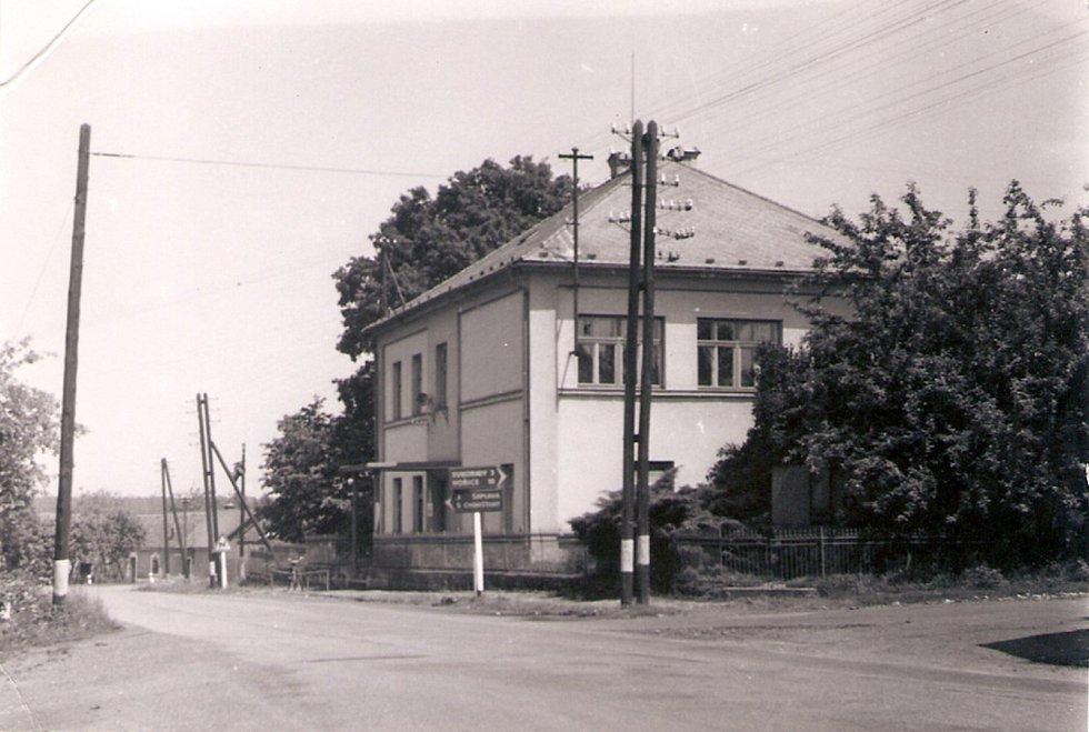 PRVNÍ DŘEVĚNÁ ŠKOLA stávala roku 1798 na návsi. Novou budovu vystavěla obec v roce 1881. Protože žactva ve vesnici ubývalo, byla jednotřídka uzavřena a školáci dojížděli do Skřivan.