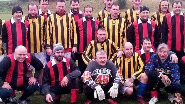 Dobřenický brankář Libor Čolek (dole uprostřed) oslavil 60. narozeniny také na hřišti, kde se místní stará garda střetla v přátelském klání se stejně starými soupeři z Třebše.