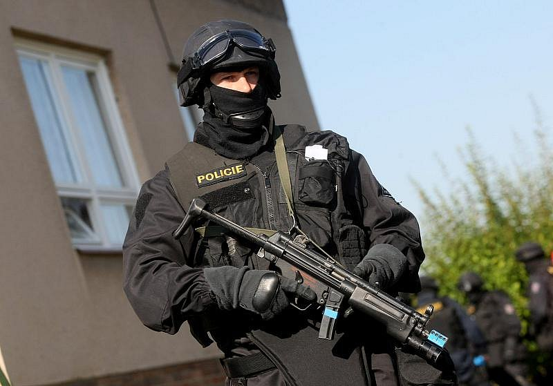 Cvičení zásahových jednotek při útoku šílence s rukojmími na ZŠ Smidary.