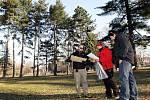 Označování stromů, které jsou staré a nebezpečné, v hradeckých Šimkových sadech. Takové později padnou k zemi.