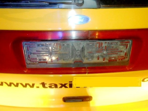 Vozidlo taxislužby bez registrační značky.
