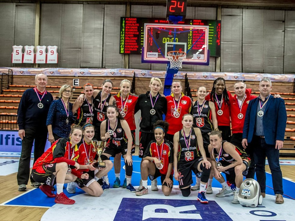 """Hradecké """"lvice"""" se historicky prvního pohárového triumfu v Nymburce nedočkaly. Po prohraném finále s KP Brno se musejí spokojit se stříbrnými medailemi."""