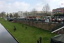 Branný závod na hradeckém náměstí Osvoboditelů.