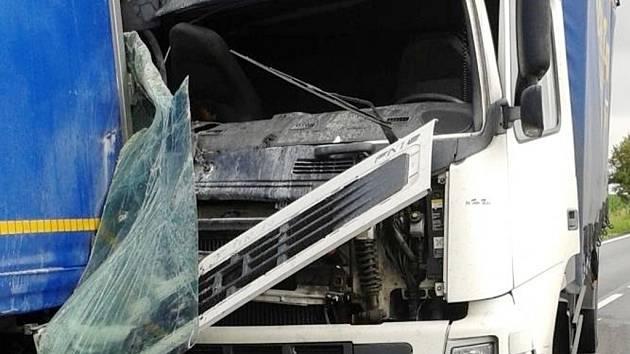 Dopravní nehoda tří kamionů na silnici I/33 u Předměřic nad Labem.
