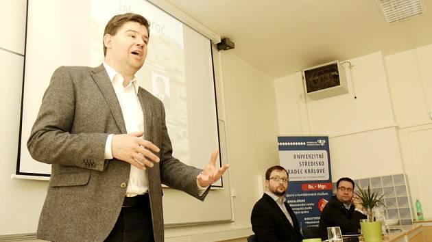 Europoslanec Jiří Pospíšil při debatě se studenty Metropolitní univerzity Praha na akademické půdě v Hradci Králové.