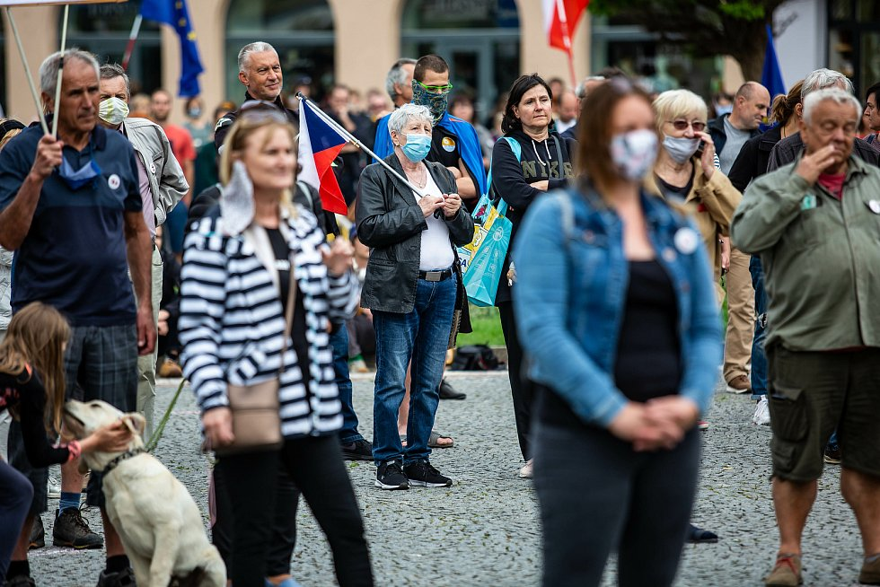 Demonstrace Milionu chvilek pro demokracii na Masarykově náměstí v Hradci Králové.