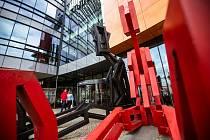 """Další ročník sochařského festivalu Sculpture line, letos i v Hradci Králové, představuje sochy a výtvarné objekty předních domácích i mezinárodních tvůrců """"pod širým nebem"""" - přímo v ulicích města."""