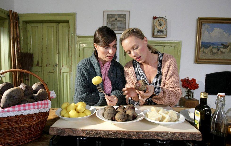 Herečky Kateřina Winterová a Linda Rybová (zleva) při natáčení nového pořadu České televize nazvaného Herbář.