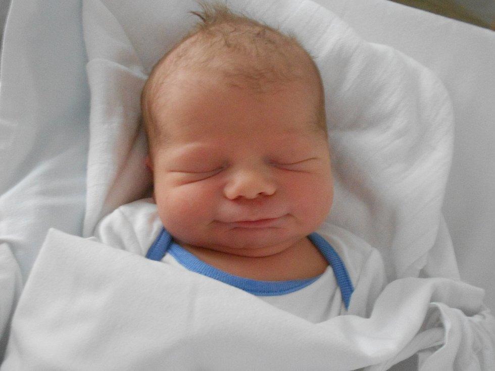 MIKOLÁŠ STODŮLKA se narodil 16.července v 8.36 hodin. Měřil 51 cm a vážil 3620 g. Potěšil své rodiče Pavlínu Polesnou a Martina Stodůlku z Černíkovic. Tatínek byl u porodu velkou oporou.