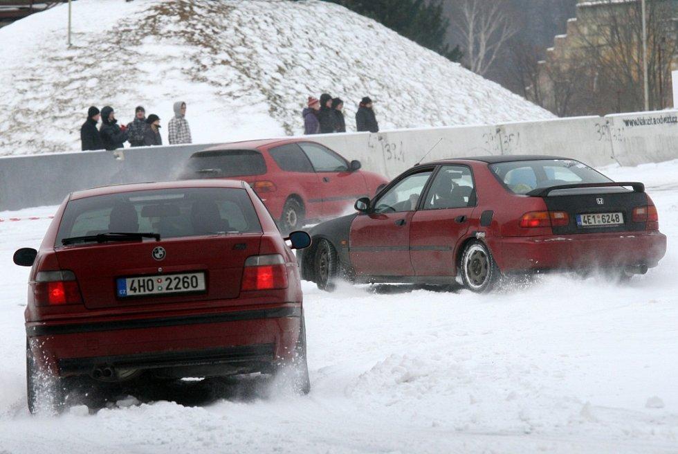 Zimní jízda automobilů na okruhu CzechRing na letišti v Hradci Králové.