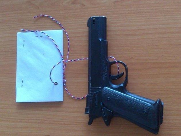 Maketa pistole.