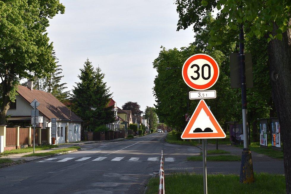V části Velké ulice platí pro kamiony rychlostní omezení. Řidiči ho ale příliš vážně neberou.