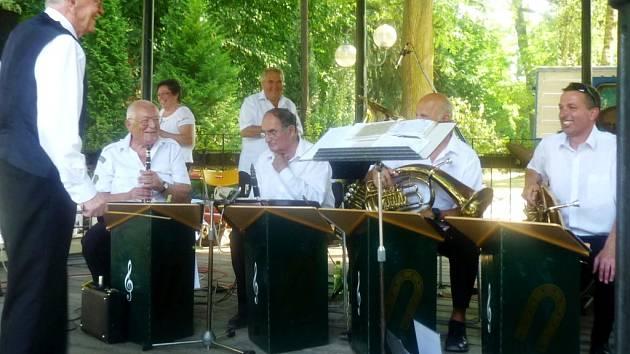 Promenádní koncert v královéhradeckých Jiráskových sadech - skupina Podkověnka.