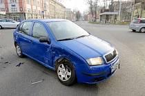 Dopravní nehoda dvou osobních automobilů na křižovatce v centru Hradce Králové.