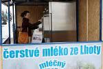 V Hradci Králové začal fungovat první automat na čerstvé mléko.