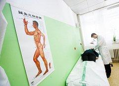 Ambulanci čínské medicíny si vyzkoušeli první pacienti