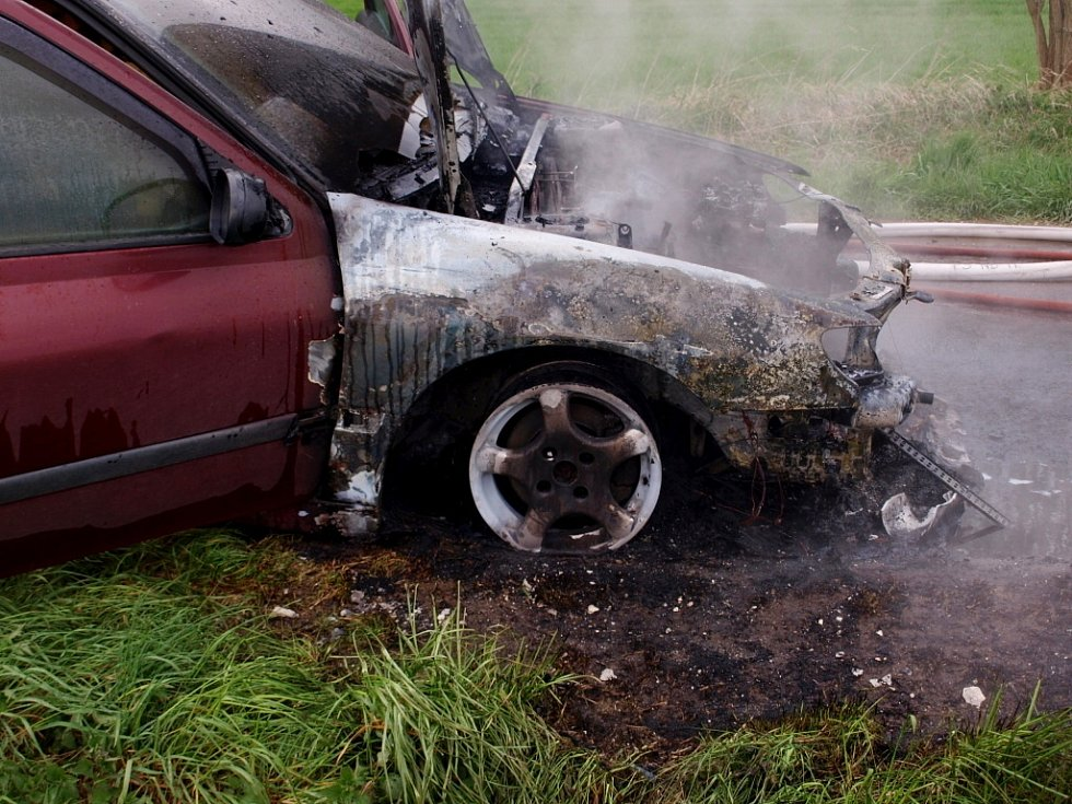 Požár vozidla Peugeot 406 u obce Křičov.