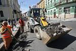 Opravy silnice u hradeckého Adalbertina .