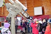 Děti ze školní družiny ZŠ Pouchov v hvězdárně a planetáriu na Novém Hradci.
