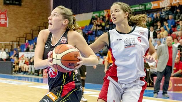 Vlevo královéhradecká křídelní hráčka Tereza Kuthanová.