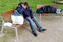 Dva bezdomovci si ustlali 9.května na lavičkách v Rybově ulici v Hradci Králové.