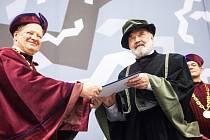 Čestný doktorát a Zlatá medaile Univerzity Hradec Králové pro Zdeňka Svěráka za zásluhy o rozvoj jazykové kultury v české společnosti.