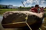 Zkušební plavba repliky neolitického plavidla z kmene stromu, na kterém se expedice Monoxylon III bude plavit přes Egejské moře.
