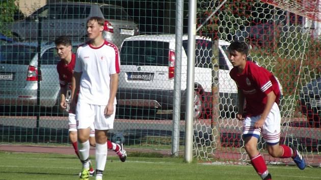 V 16 letech hrát krajský přebor mužů? Jde to. Stačí se podívat na Jiřího Řezáče ze Slavie Hradec Králové (v bílém). Navíc v aktuální sezoně vstřelil už pět gólů.