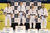 STUPNĚ VÍTĚZŮ na turnaji Oceania Open – váhová kategorie do šedesáti kilogramů. Druhý zleva Pavel Petřikov.