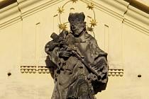 Socha světce Jana Nepomuckého.