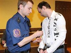 Šárka Veselá a Michal Škuba se rozhodli získat peníze na drogy, benzin a živobytí loupeží a krádežemi.