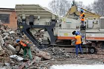 Třebechovice pod Orebem: bourání tovární haly.