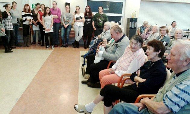 Žáci zDomova mládeže, internátu a školní jídelny (DMIŠJ) Vocelova mezi seniory zDomova důchodců UBiřičky.