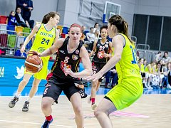 Křídelní hradecká basketbalistka Andrea Ovsíková (v černém).