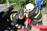 Dopravní nehoda osobního vozidla a cisterny na hlavním tahu z Hradce Králové na Jaroměř.