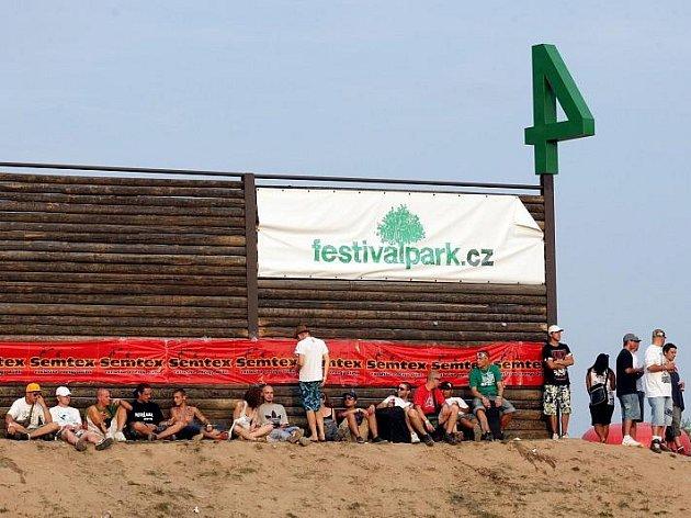 Festival park na hradeckém letišti.